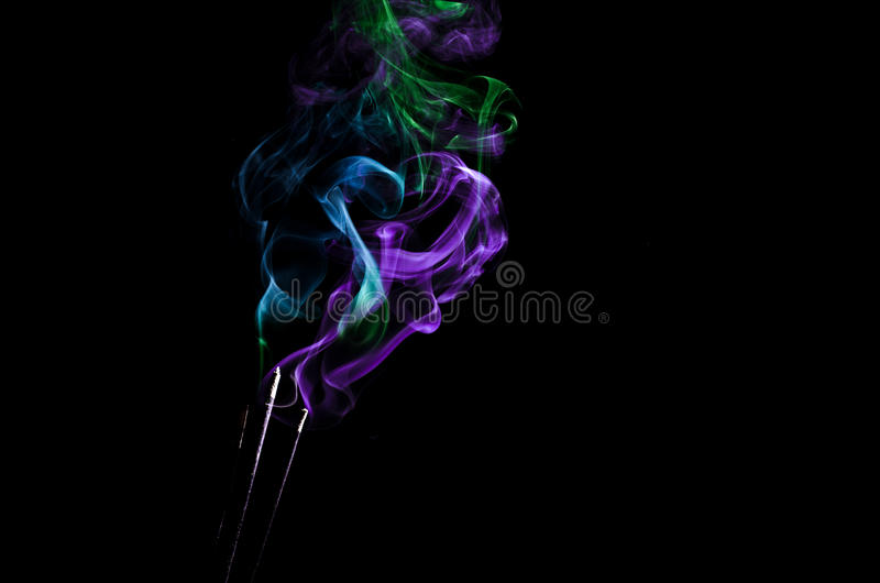 Fumée colorée sur le fond noir photo stock