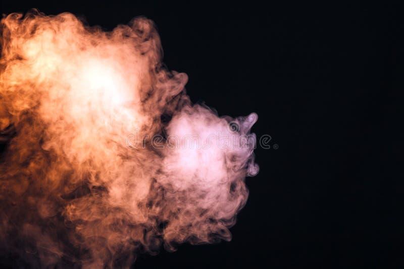 fumée colorée sur un fond noir Le concept de l'exposition légère a photo stock