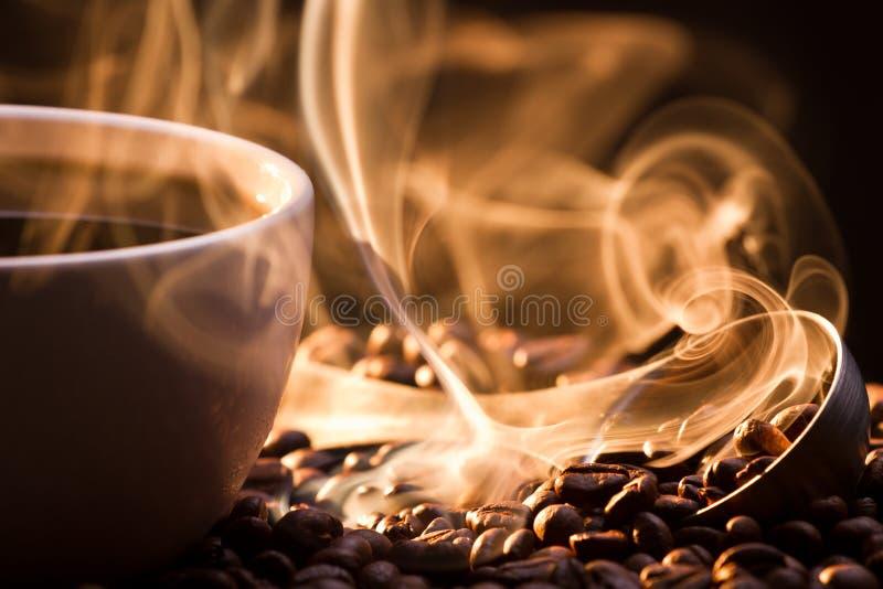 Fumée d'or étrange emportant des graines de café images libres de droits