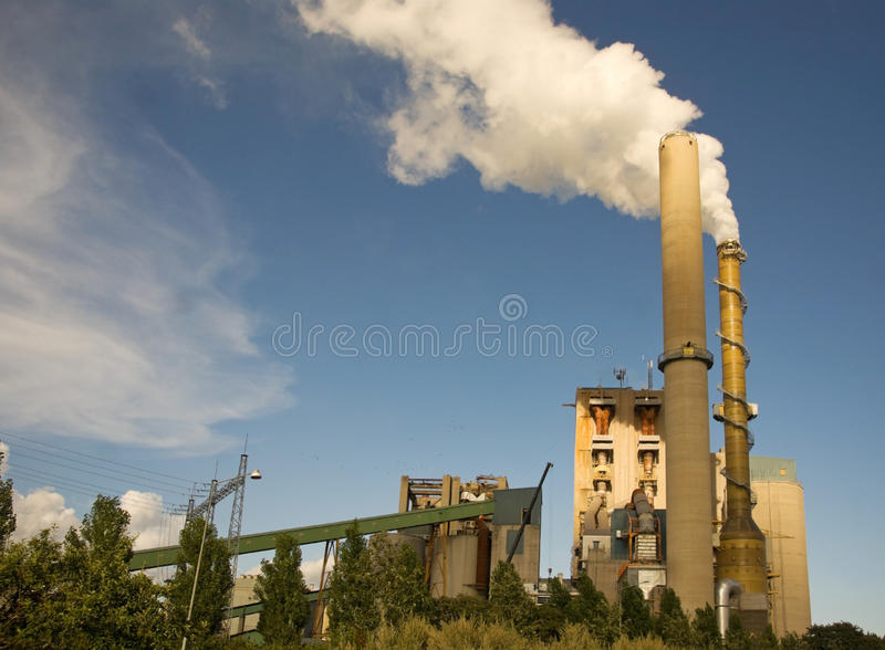 Fumée d'une cheminée photographie stock