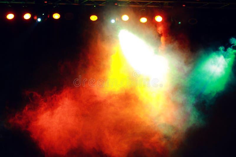 Fumée dans l'éclairage foncé de concert photos libres de droits