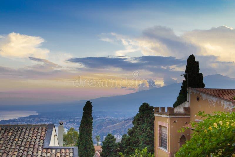 Fumée de Mt L'Etna se mélange au ciel de coucher du soleil au-dessus de la Sicile, Italie CR2 images stock