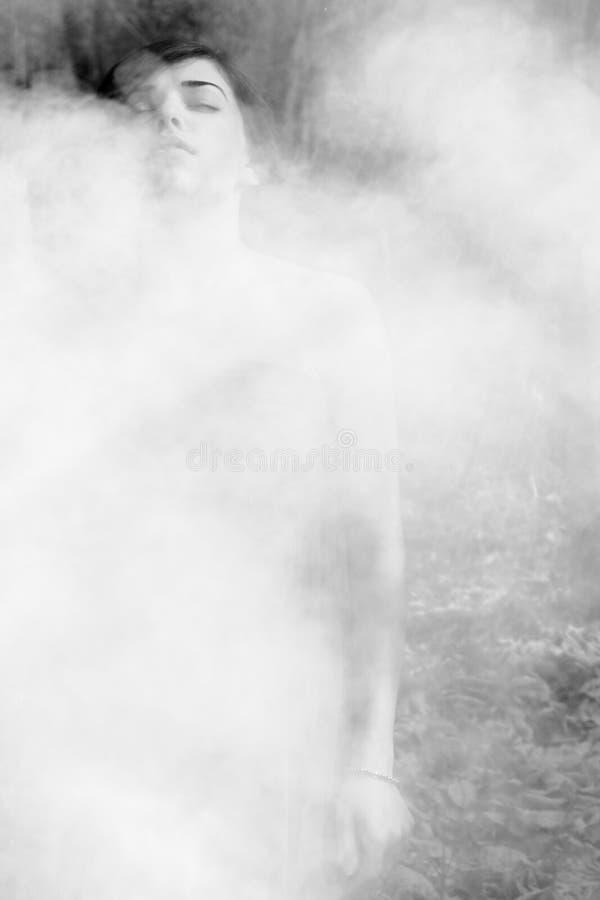 Fumée de sensation de femme photo libre de droits