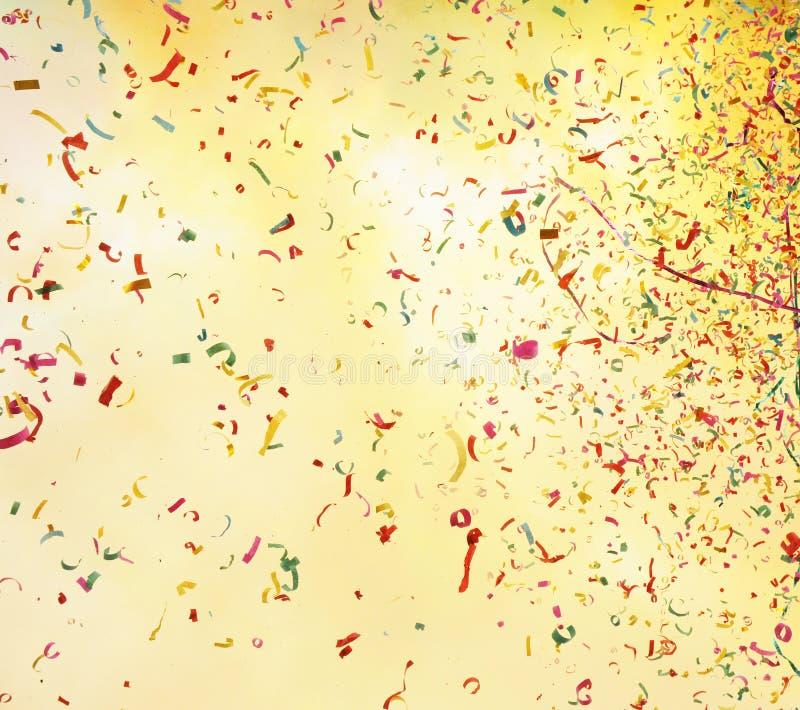 Fumée de tir de salut et confettis colorés photos libres de droits
