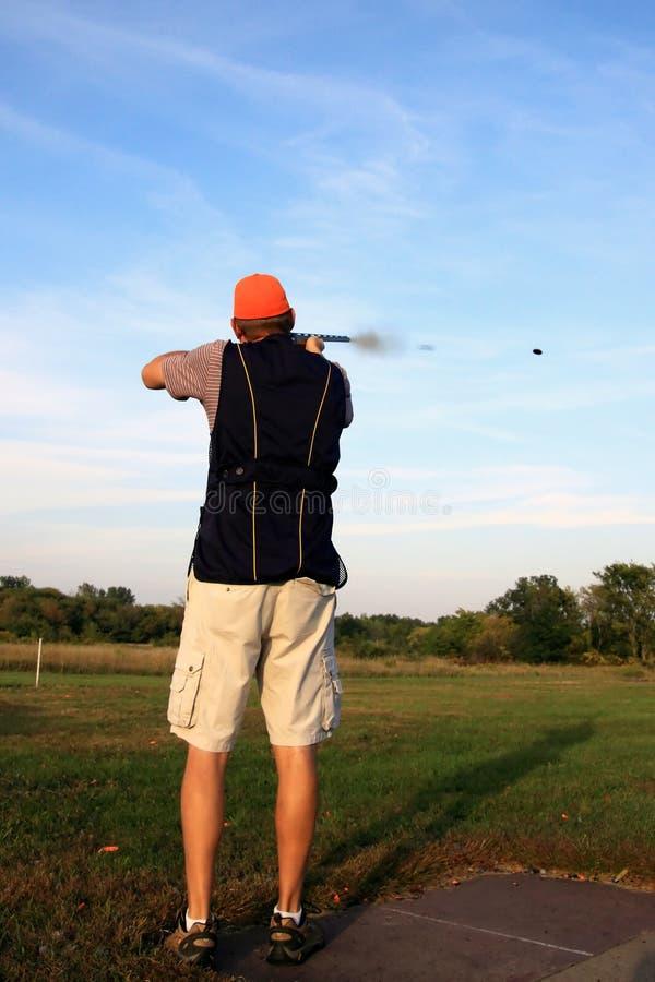 Fumée de tireur et de canon de cible photos stock
