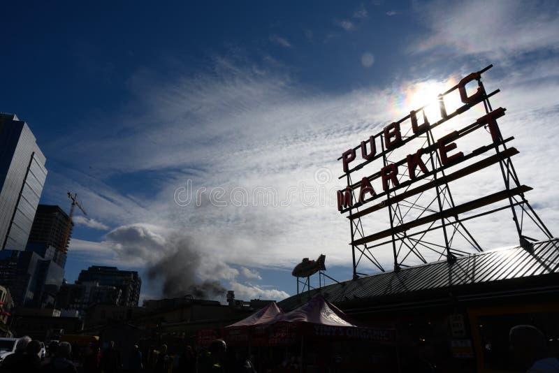 Fumée derrière le signe de marché public image libre de droits