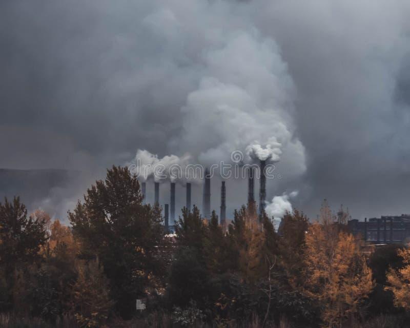 Fumée des tuyaux dans l'usine images libres de droits