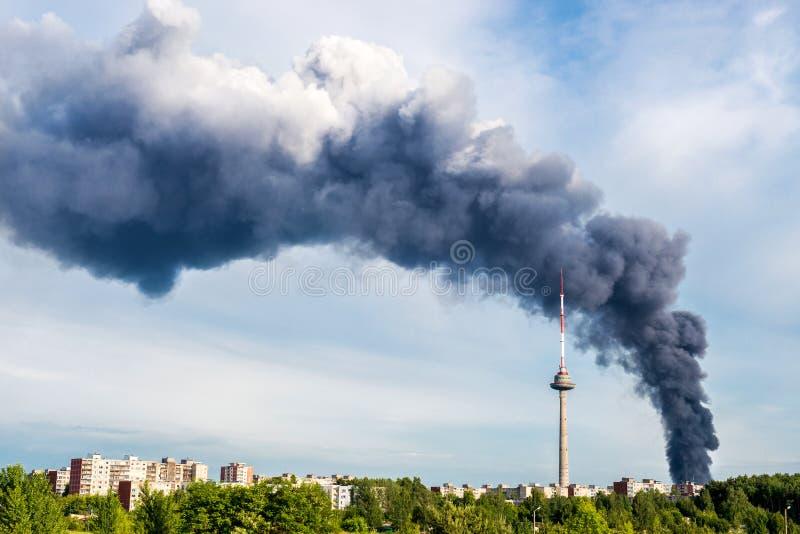 Fumée du feu à Vilnius photo libre de droits