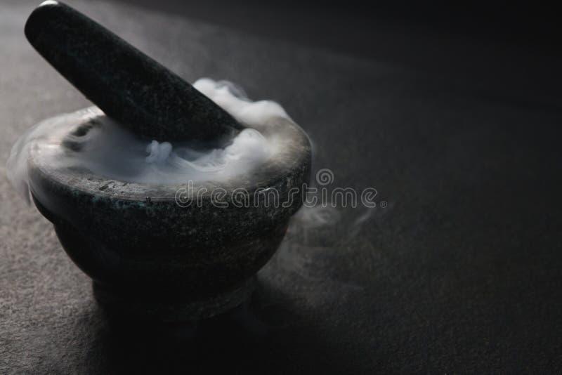 Fumée en pilon et mortier photo libre de droits