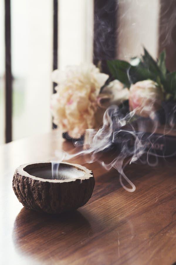 Fumée enflée de bougie, dans l'arrangement intérieur à la maison photographie stock libre de droits