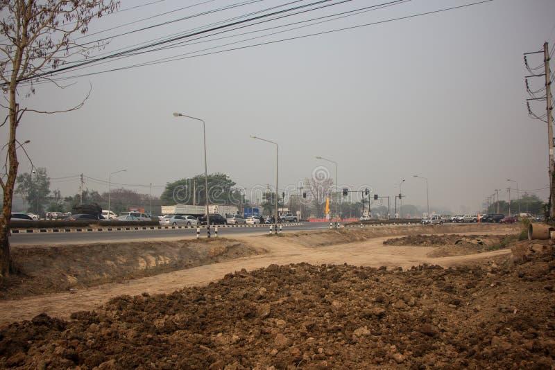 Fumée et brume de pollution sur la route de route image libre de droits