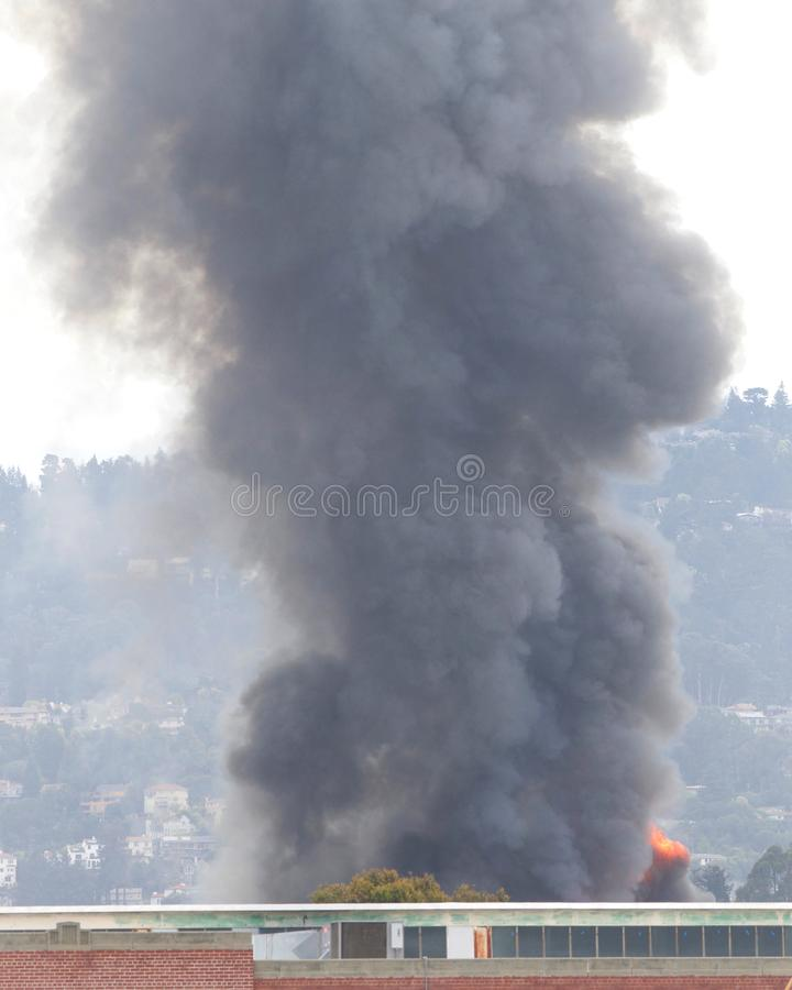 Fumée et flammes du feu d'entrepôt à Oakland CA photo libre de droits