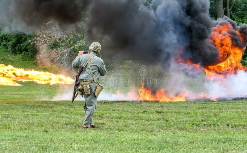 Fumée et le feu d'un lanceur de flamme image stock