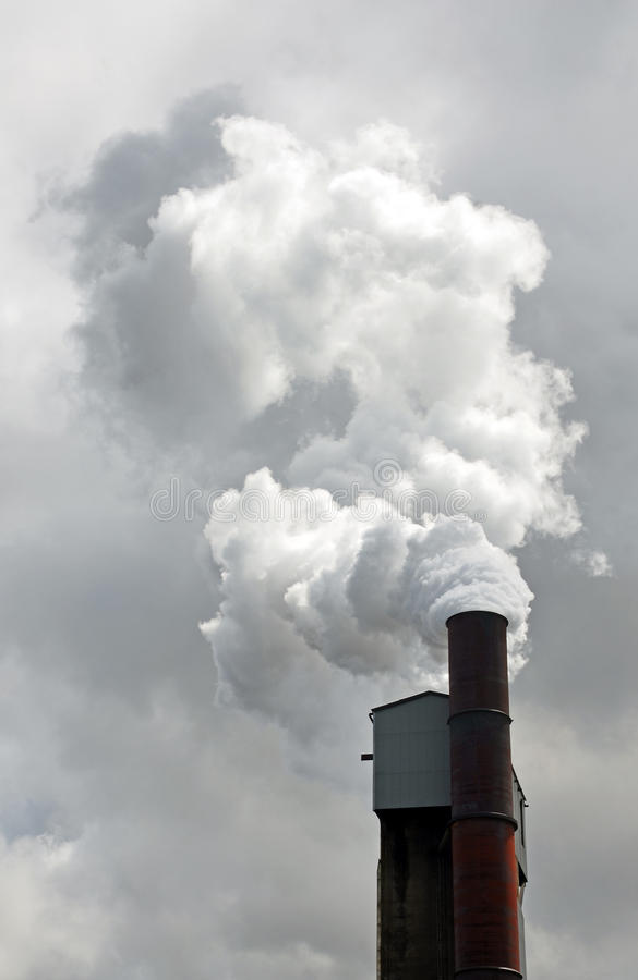 Fumée et polluants d'une cheminée de partie métallique image stock