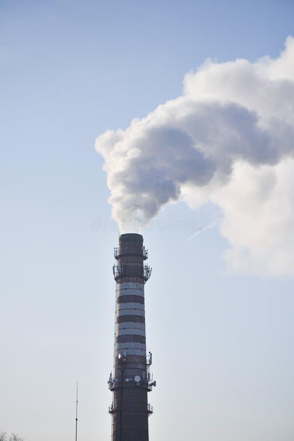 Fumée industrielle d'une cheminée contre le ciel image libre de droits