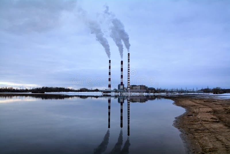 Fumée industrielle de cheminée photographie stock libre de droits