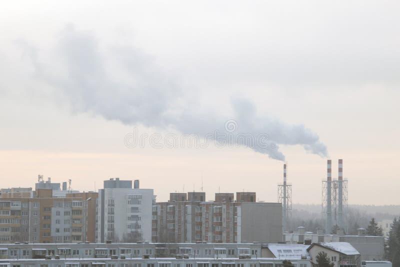 Fumée industrielle de paysage de la cheminée d'une grande usine en hiver image libre de droits