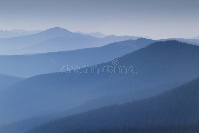 Fumée lourde de vue voisine de Forest Fires Fills This Mountain image libre de droits