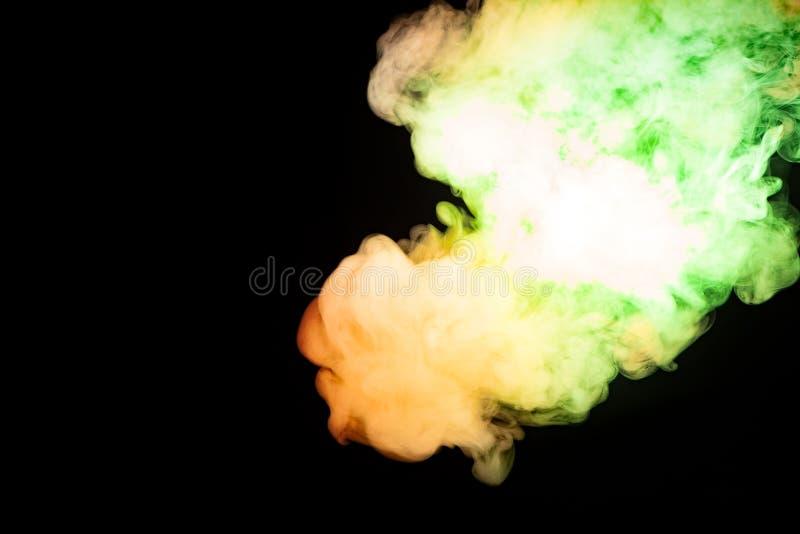 Fumée multicolore de couleurs jaunes et vertes rouges d'un sca de vap image libre de droits