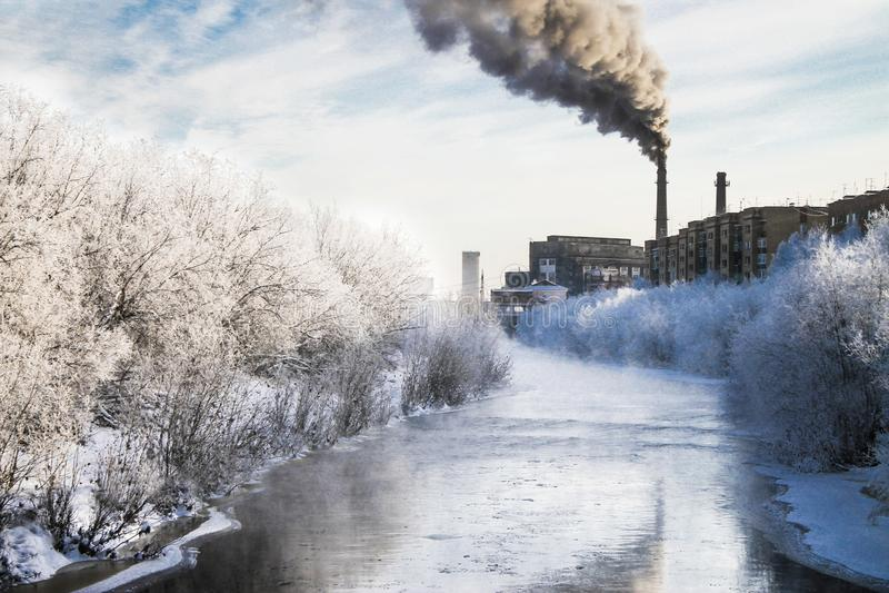 Fumée noire de la cheminée d'une usine image libre de droits