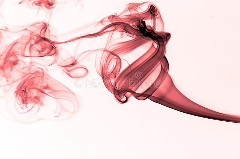 Fumée onduleuse rouge images stock