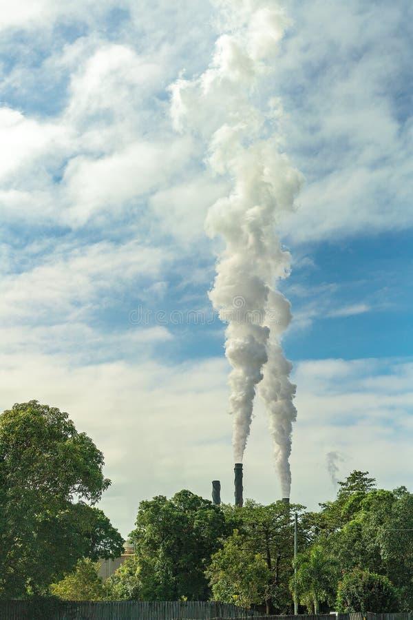 Fumée se levant de Sugar Mill photographie stock libre de droits