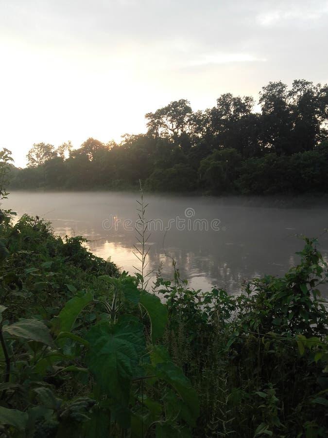 Fumée sur la rivière image stock
