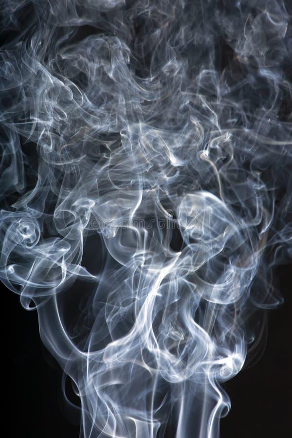 Fumée sur le noir image stock