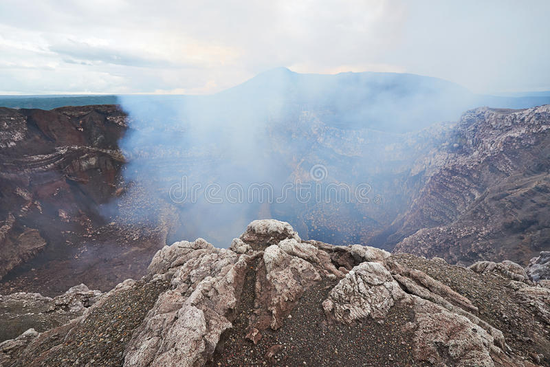 Download Fumée venant du volcan image stock. Image du montagne - 77162417