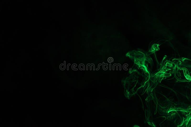 Fumée verte sur le fond noir images libres de droits