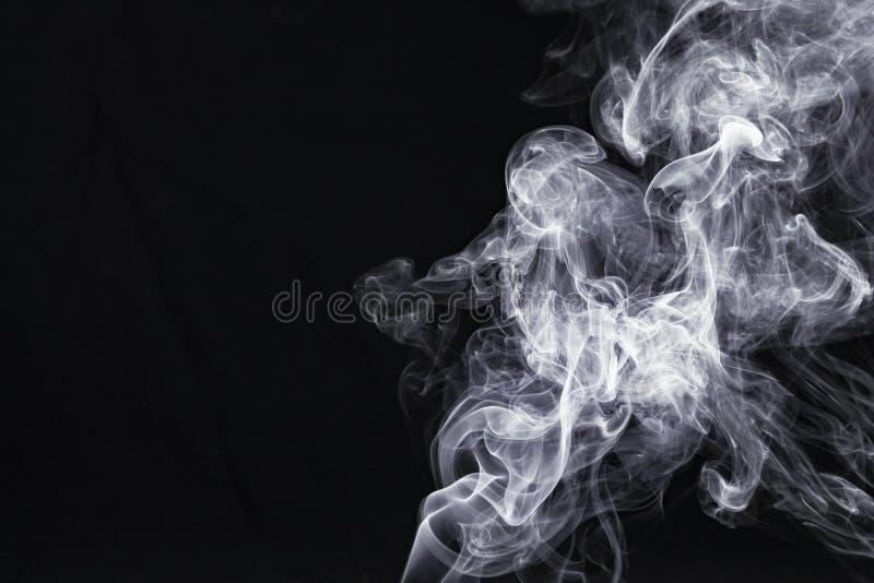 Fum?e blanche abstraite sur le fond noir photo libre de droits