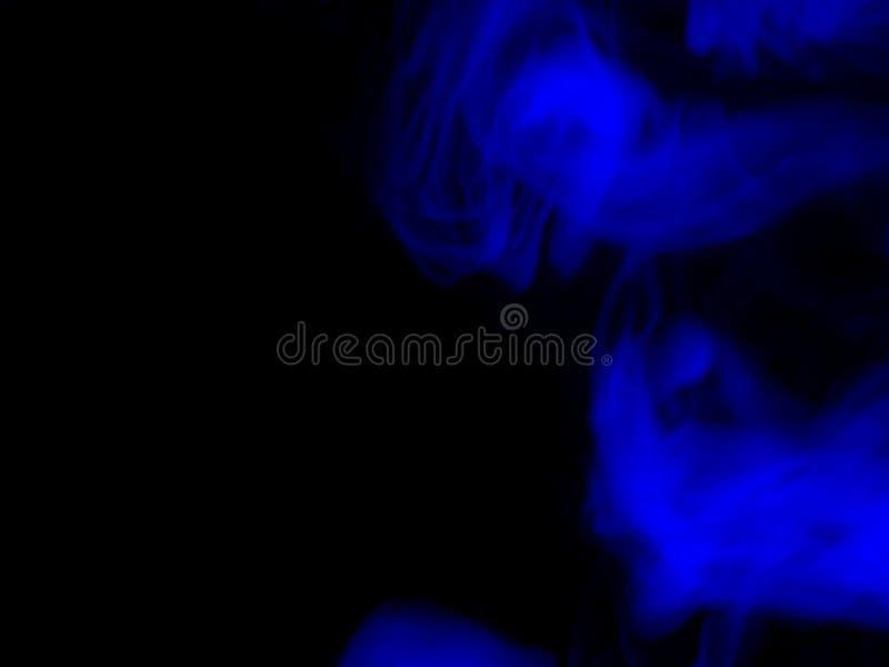 Fum?e bleue sur un fond noir photo stock