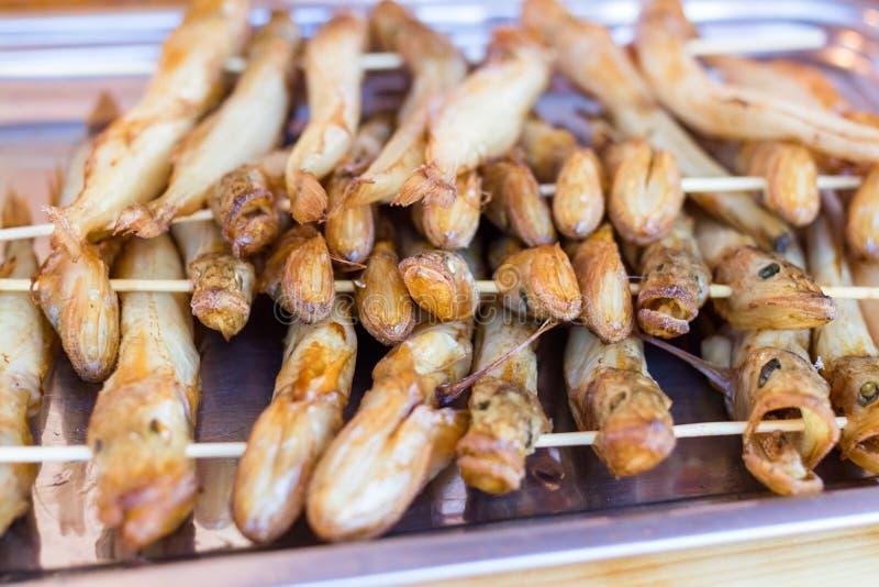 Fumado quente dos peixes de Baikal e secado no mercado de rua r fotos de stock royalty free