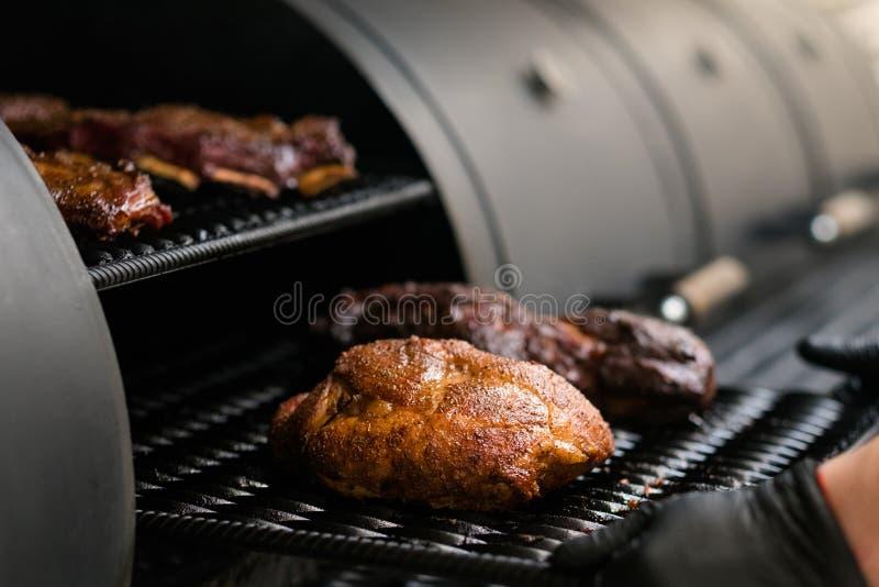 Fumador del Bbq de la carne del cocinero de la cocina del restaurante de la parrilla fotos de archivo libres de regalías