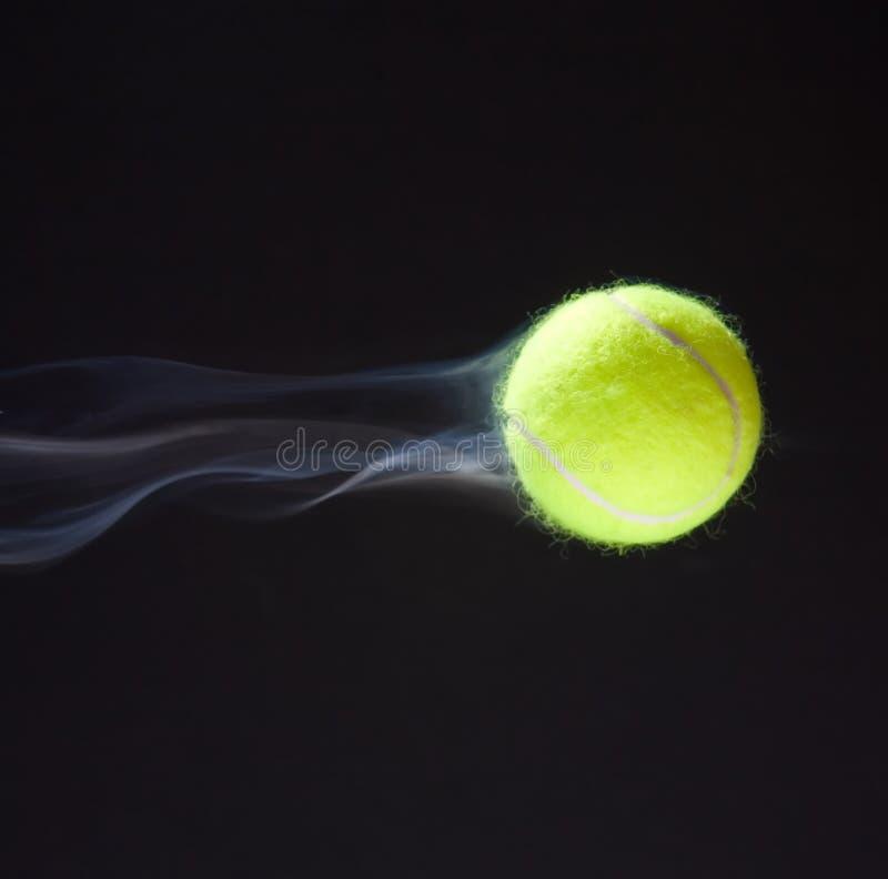 Fumage de bille de tennis images libres de droits