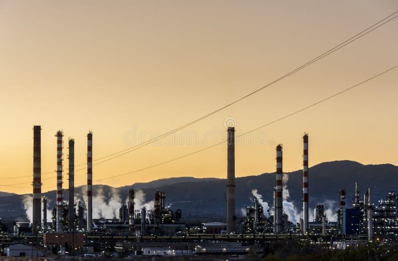 Fumaiolo della fabbrica - raffineria di petrolio - centrale petrolchimica fotografia stock