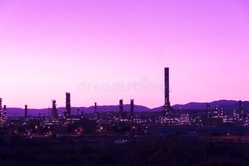 Fumaiolo della fabbrica - raffineria di petrolio - centrale petrolchimica fotografia stock libera da diritti