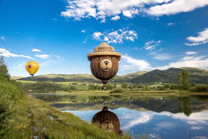 Fumar globo de oso en globo aerostático en las manantiales de vapor imagen de archivo