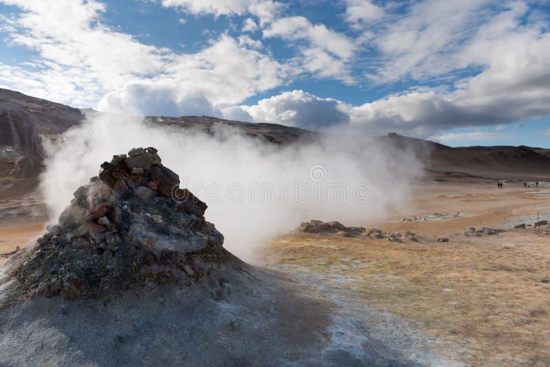 Fumarola que fuma cerca del área geotérmica de Hverir, área del lago Myvatn, Islandia Área geotérmica con las fumarolas y el fang imágenes de archivo libres de regalías