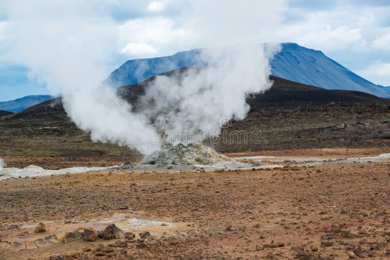 Fumarola y géiseres en el área geotérmica Hverir, Islandia fotografía de archivo libre de regalías
