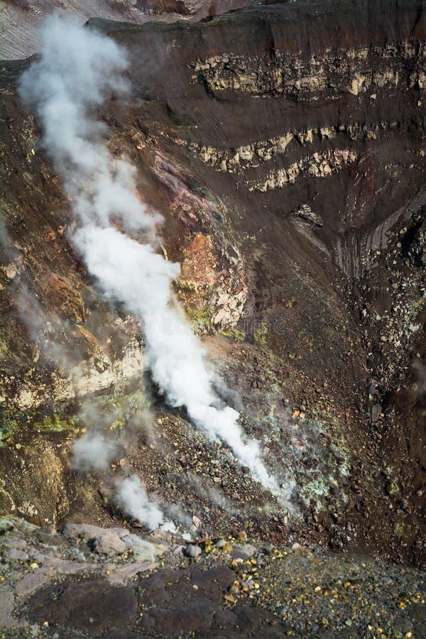 fumarole Aktivvulkan Goreliy på Kamchatka, Ryssland fotografering för bildbyråer