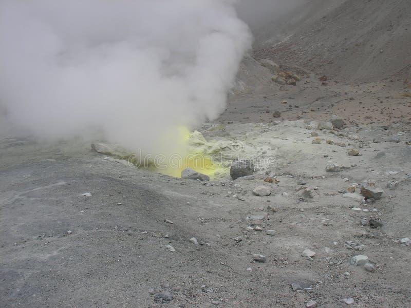 Fumarole nas montanhas da Península de Kamchatka fotografia de stock royalty free