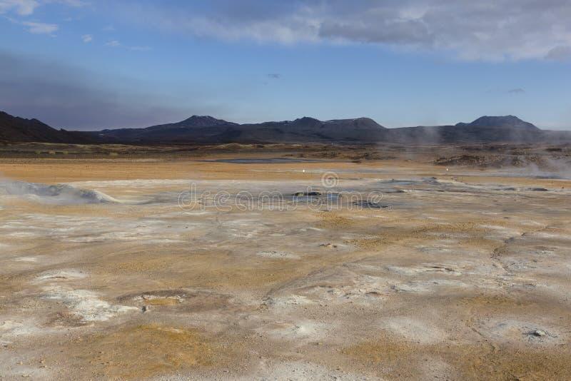 Fumarolefält i Namafjall geotermiskt område, Hverir, Island royaltyfri fotografi