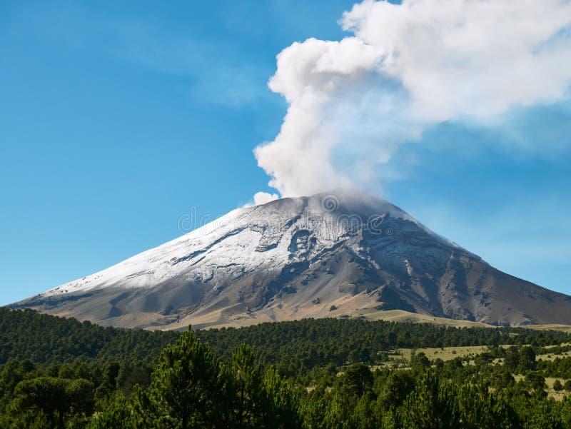 Fumarolen kommer ut från den Popocatepetl vulkan fotografering för bildbyråer