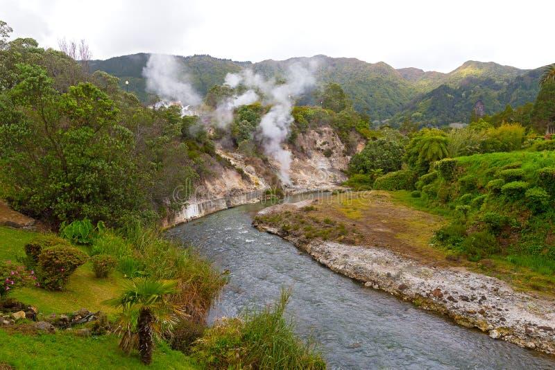 Fumarolen langs een waterweg door de lentes in centraal deel van