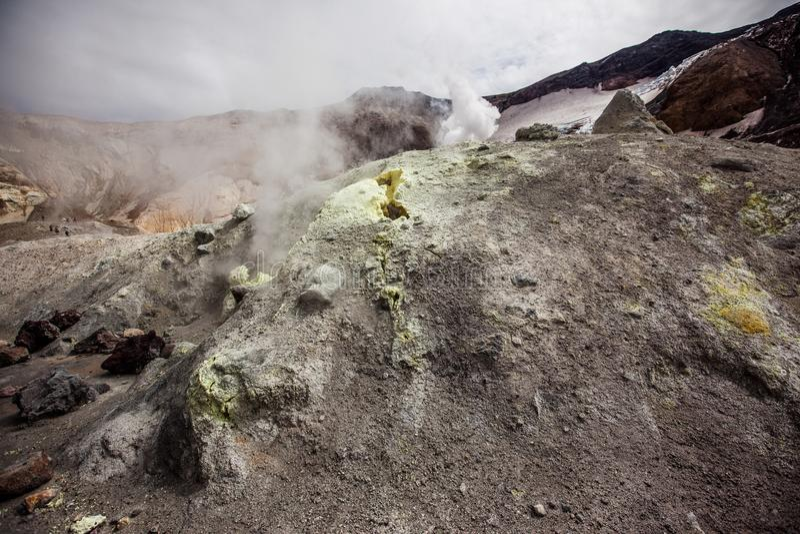 Fumarolen van de Mutnovsky-vulkaan in Kamchatka stock afbeelding