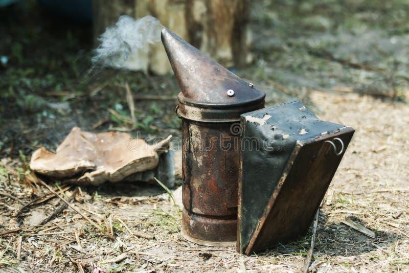 Fumatore dell'apicoltore con fumo fotografia stock libera da diritti
