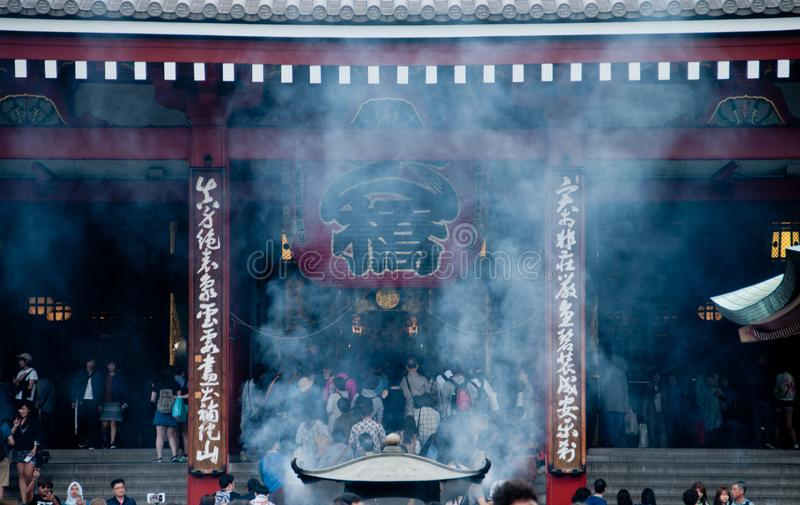 Fume a cena da lanterna grande tradicional grande do templo de Sensoji fotos de stock