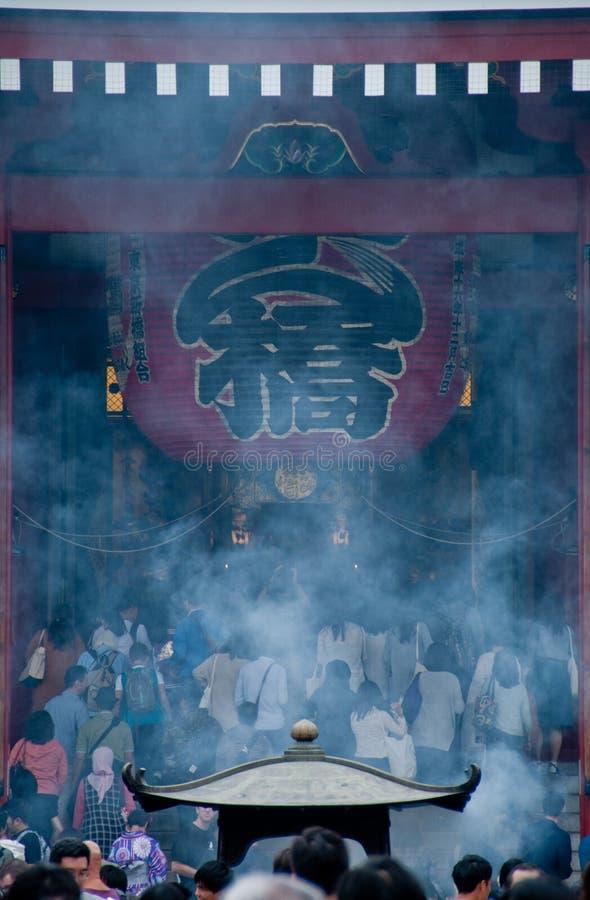Fume a cena da lanterna grande tradicional grande do templo de Sensoji mim fotos de stock