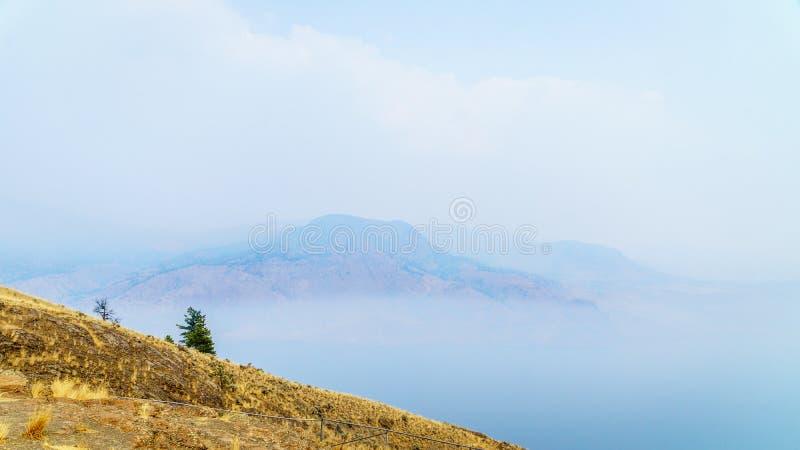 Fume el colgante sobre el lago Kamloops en Columbia Británica central fotos de archivo